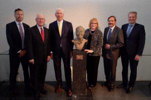 Beeld Earl Bakken met de gouverneur van de provincie Limburg